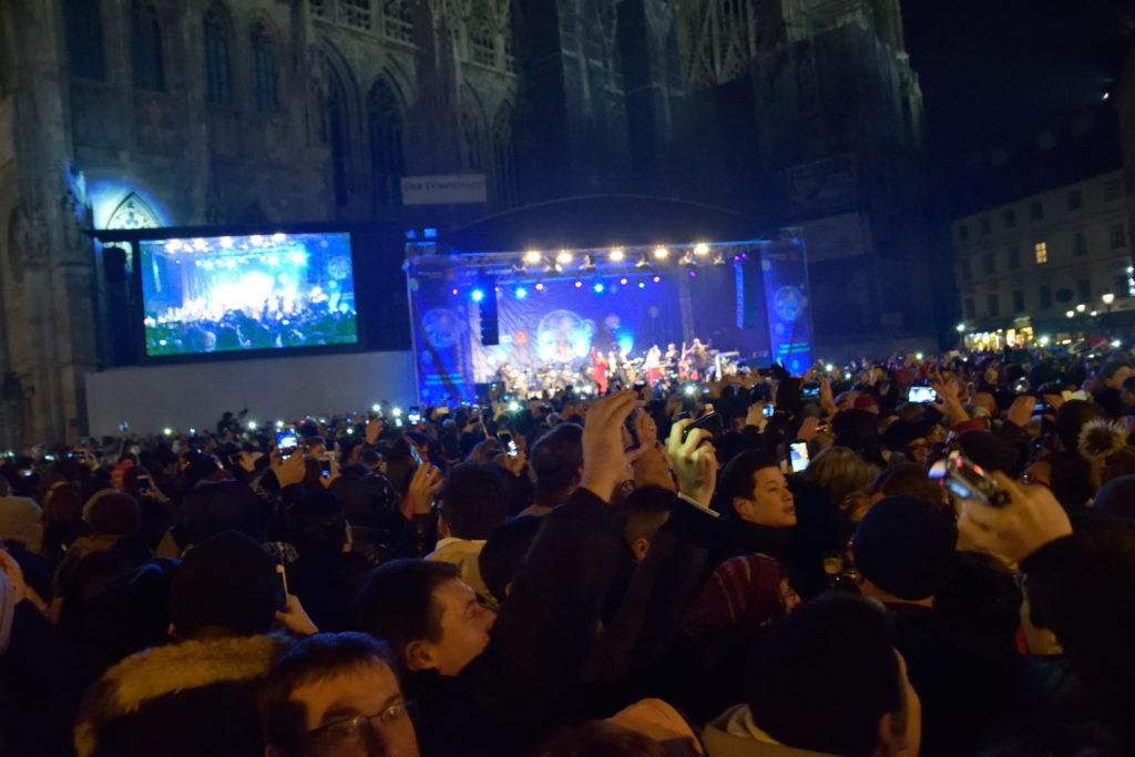ステージ前の人混み