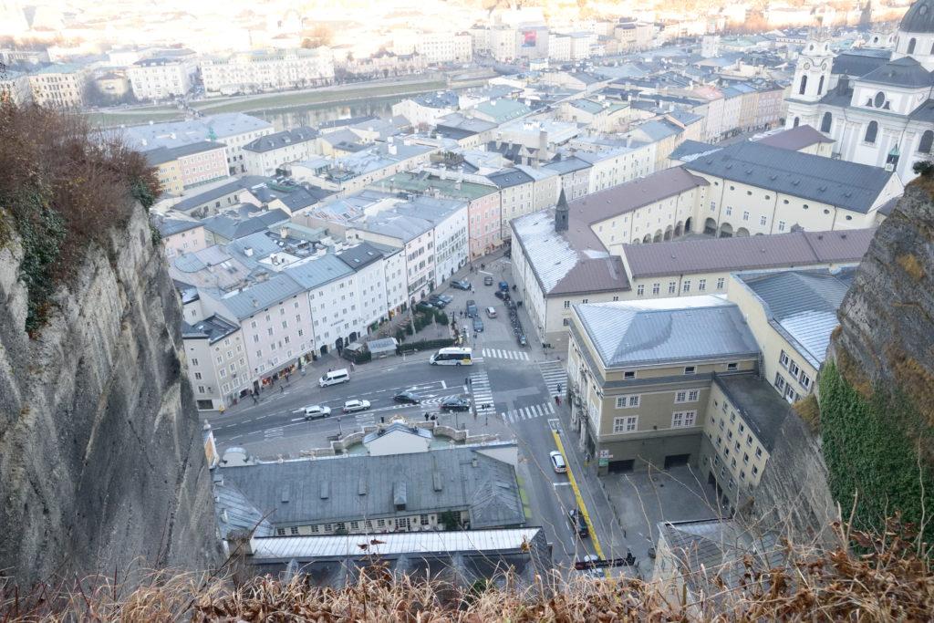 崖の上から見下ろしたザルツブルクの街