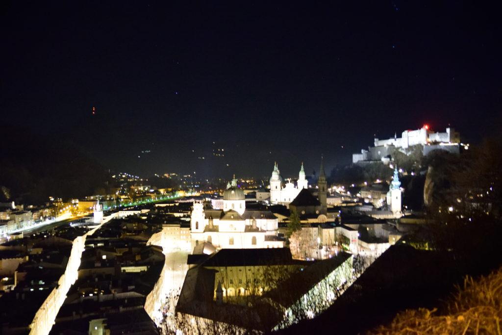 山道から見下ろす真夜中のザルツブルク