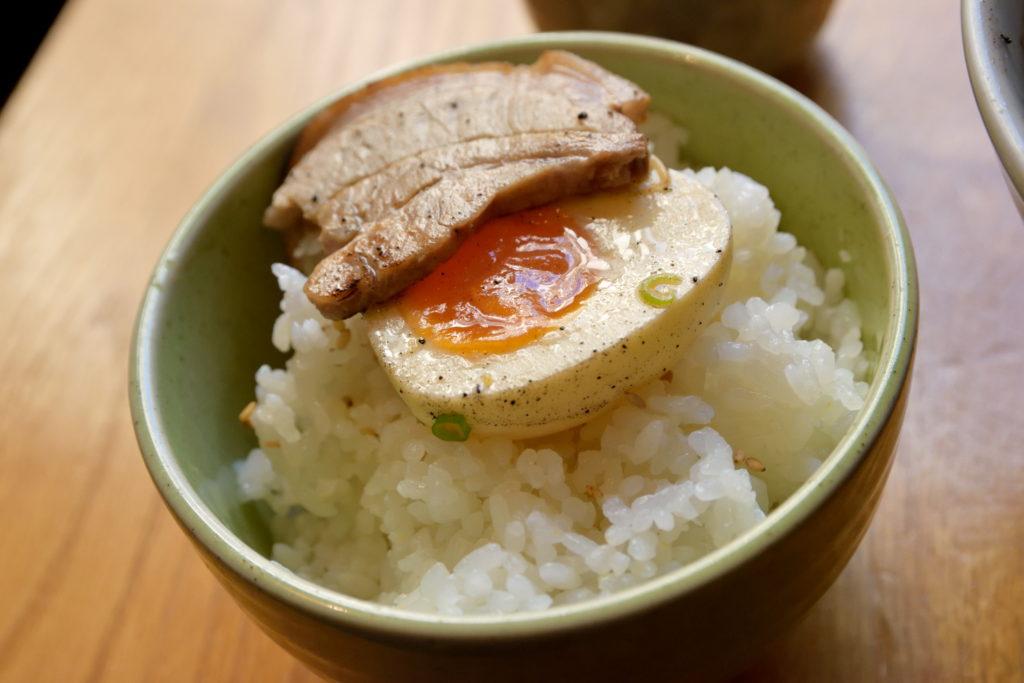 煮卵とチャーシュー丼
