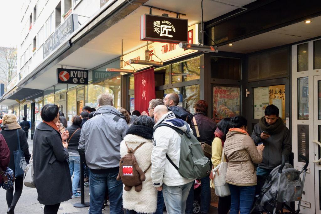 海外ラーメン店の行列