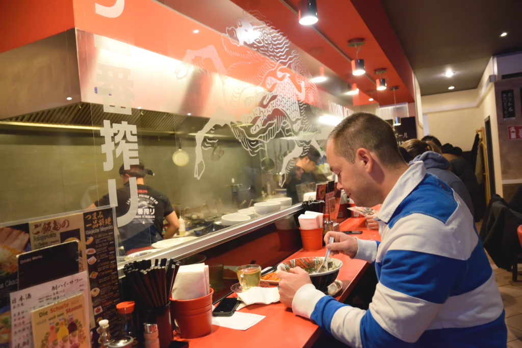 担々麺を食べる外国人の方