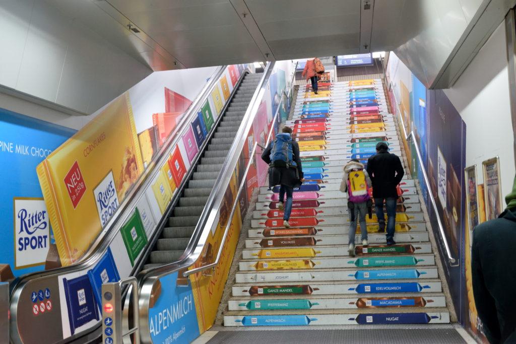中央駅のカラフルな階段