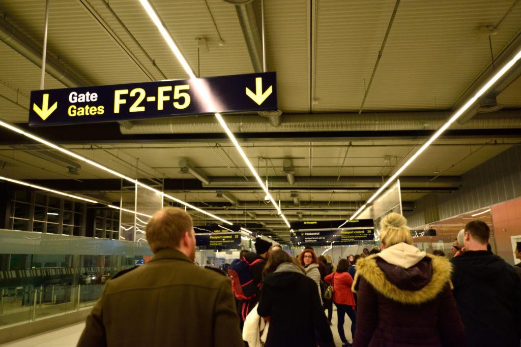 パスポートコントロール列