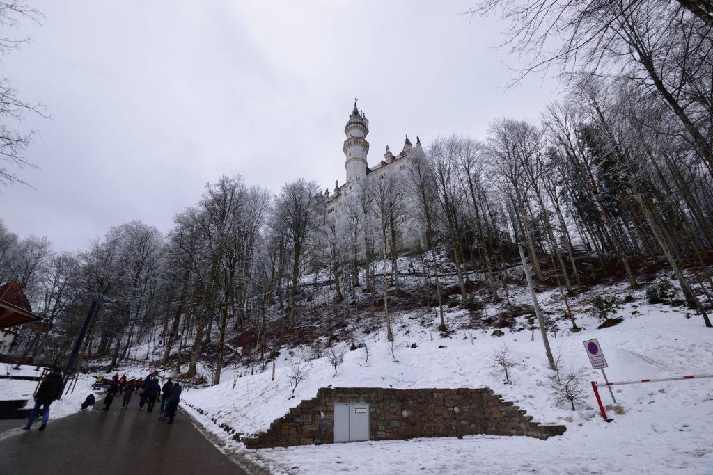 ノイシュバンシュタイン城を坂道の途中から見上げる