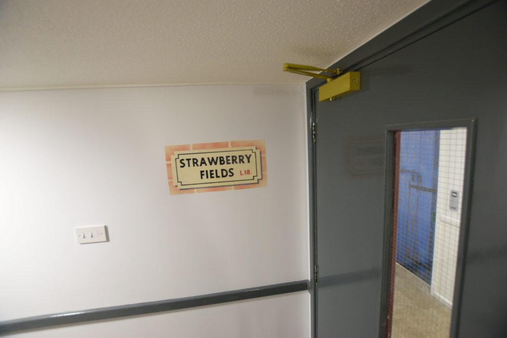 ストロベリーフィールズの標識