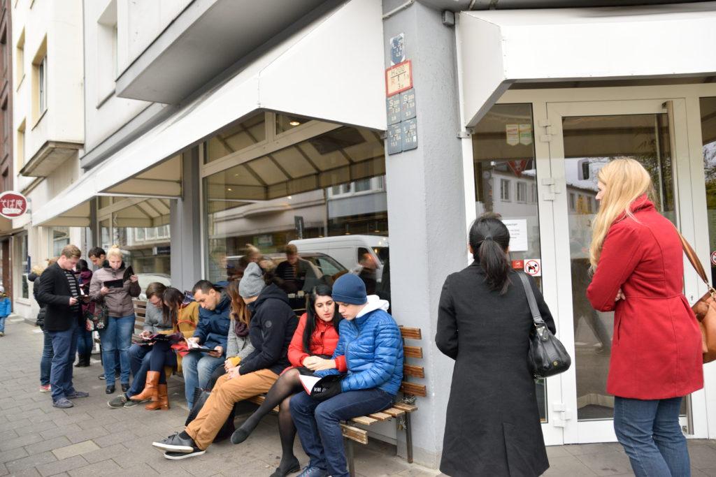 ドイツ日本料理店の行列