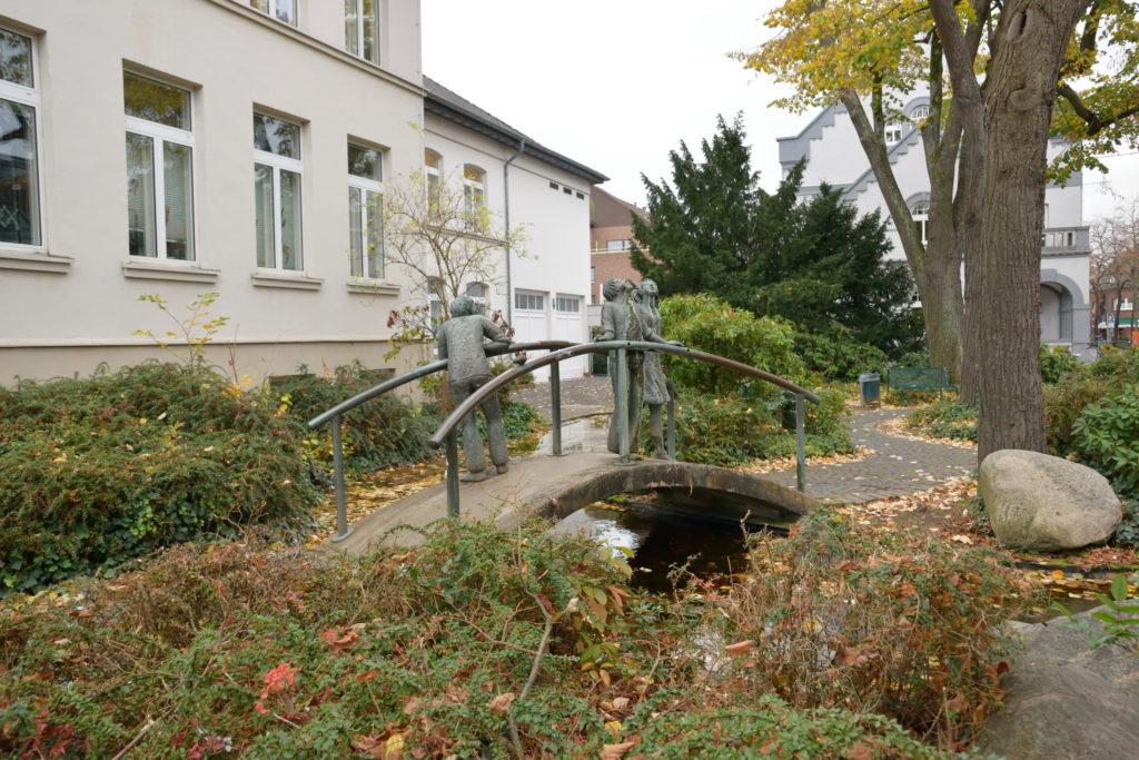 学校前の小さな水辺