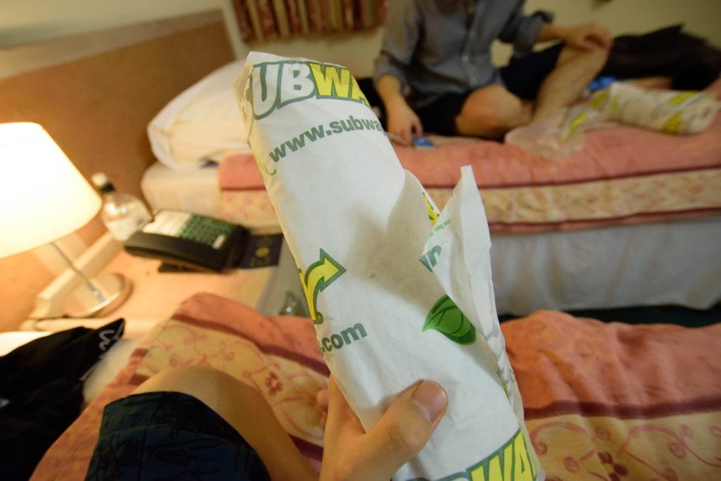 サブウェイのサンドイッチをホテルで食べる