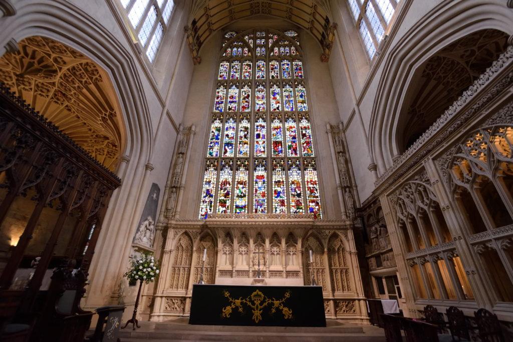バース修道院の正面ステンドグラス