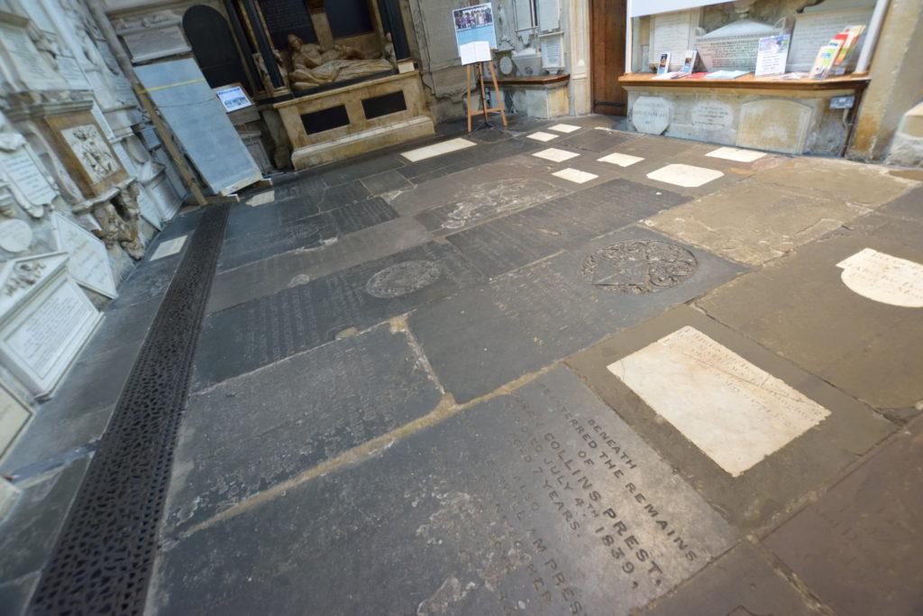 教会の床に埋め込まれた碑銘