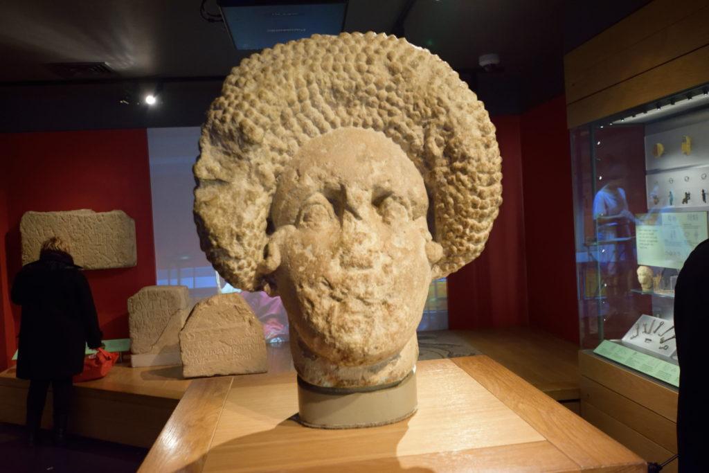 ローマ時代の富裕層女性の像