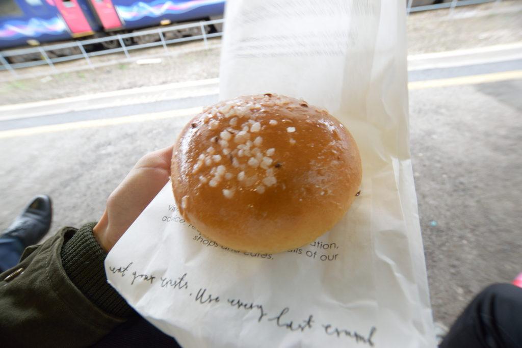 バースで買った丸菓子パン