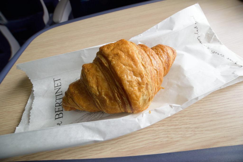 イギリスの列車の中で食べるクロワッサン
