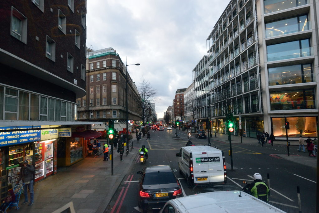 ロンドンバス2階先頭からの眺め