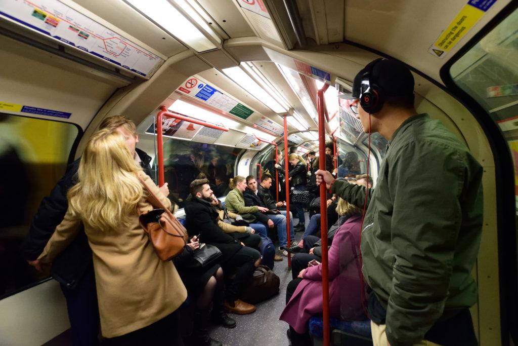 24時近くのロンドン地下鉄の様子