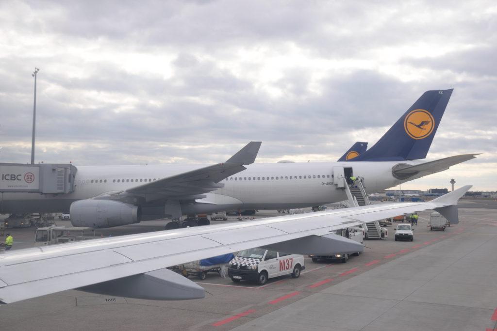機窓から仰ぐ大型機