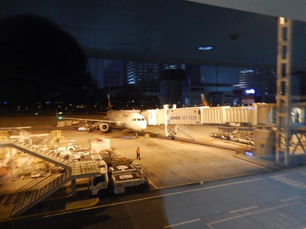 夜のマニラ空港