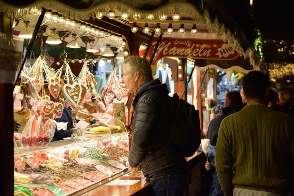 ドイツお菓子の出店とおじさん