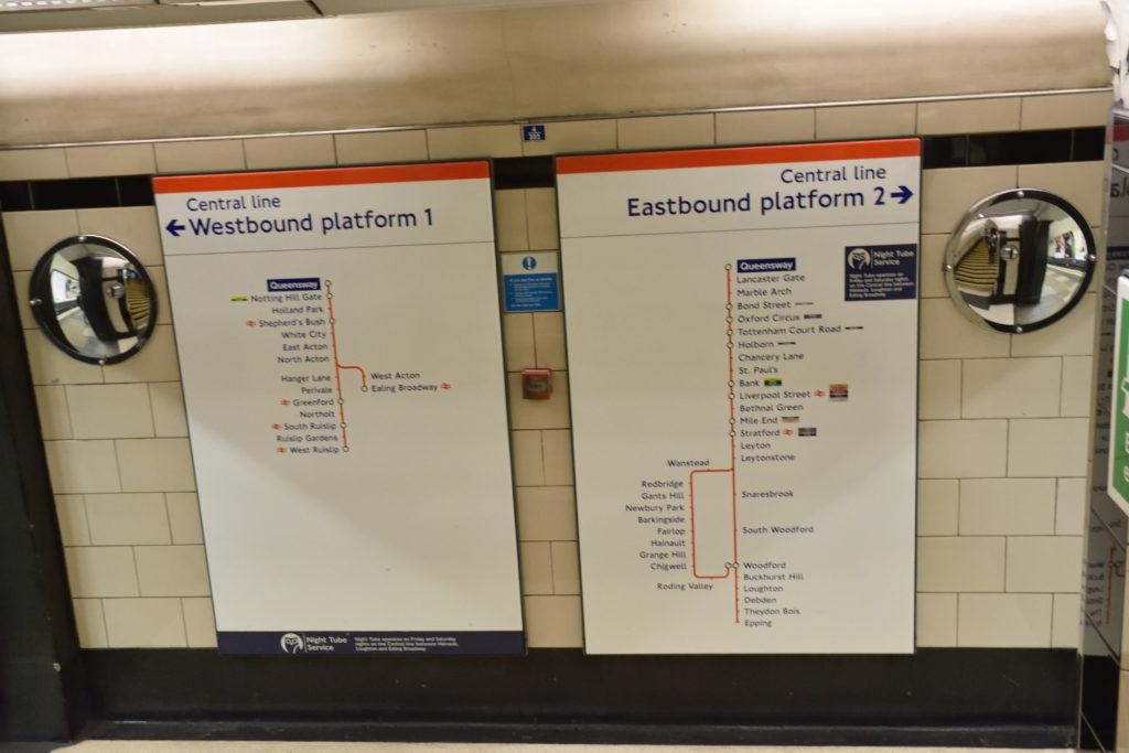 ロンドン地下鉄の方向案内板