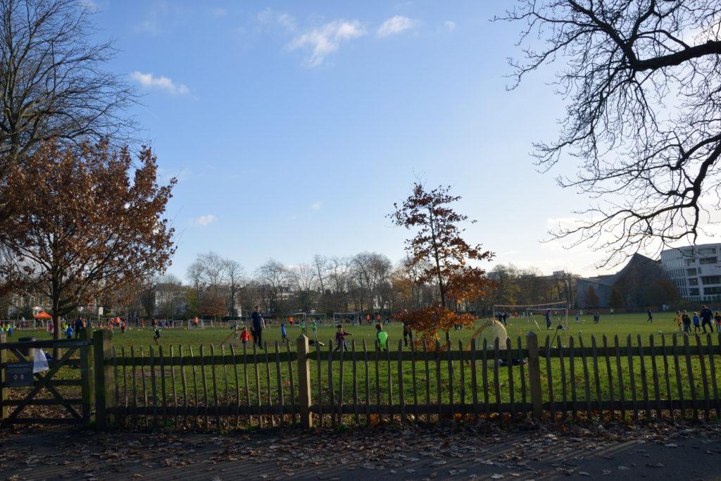 広々した、ロンドンのサッカー広場
