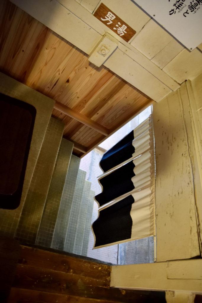 半地下の冷泉への階段