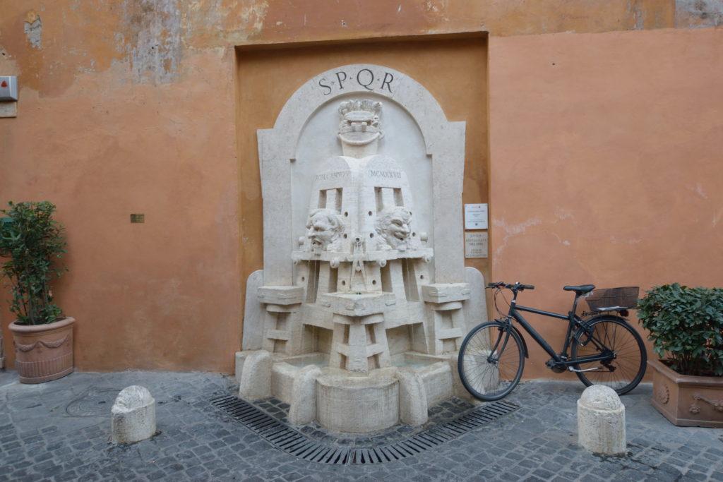 水を吐く、ローマにある彫刻