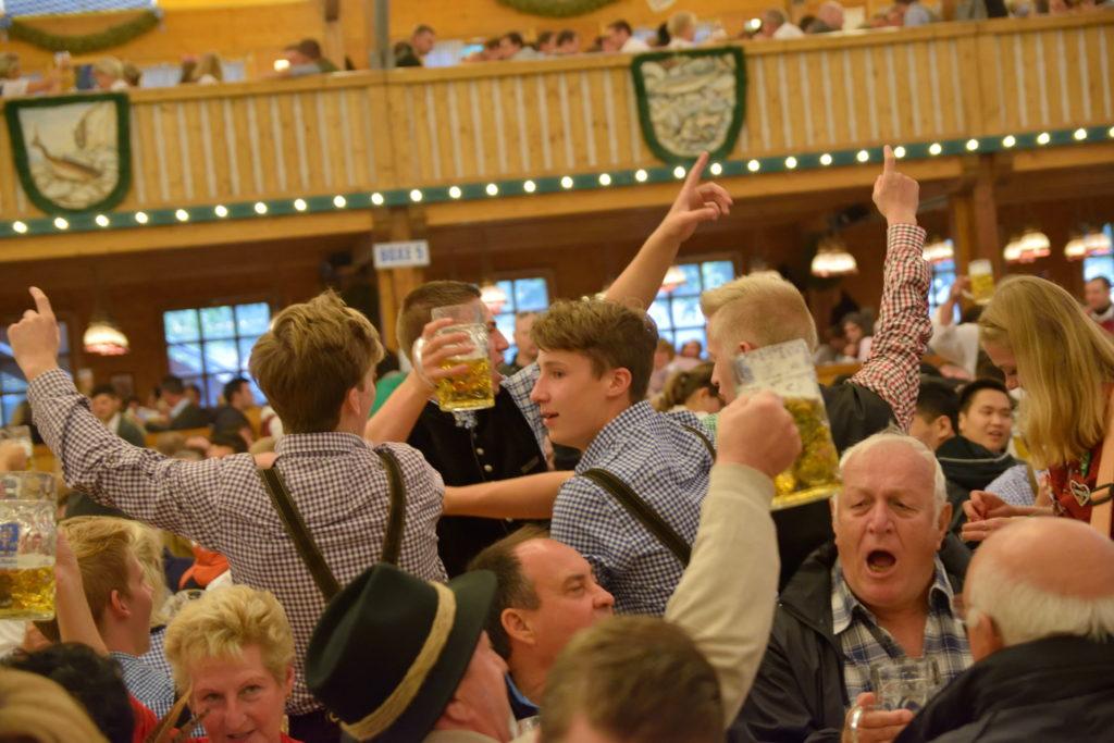 ビアホールで盛り上がるドイツ人