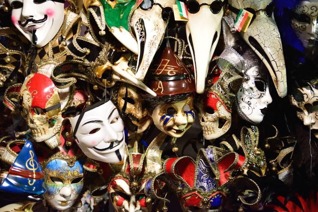 ベネチアの露店に並ぶ仮面