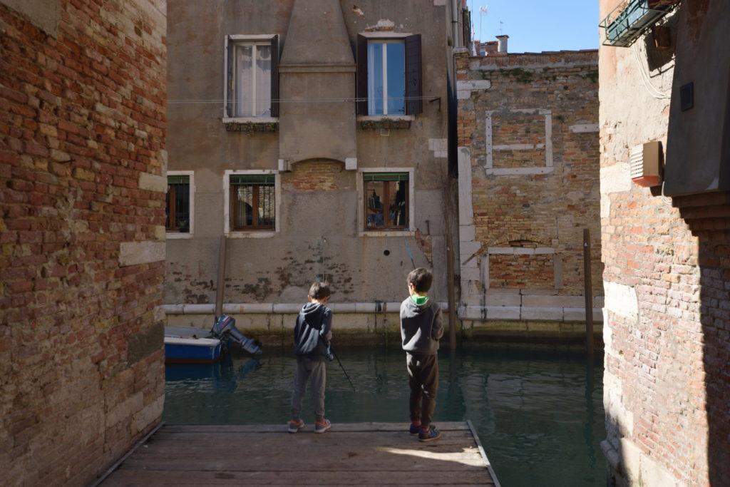ベネチアにいた、釣りをする兄弟