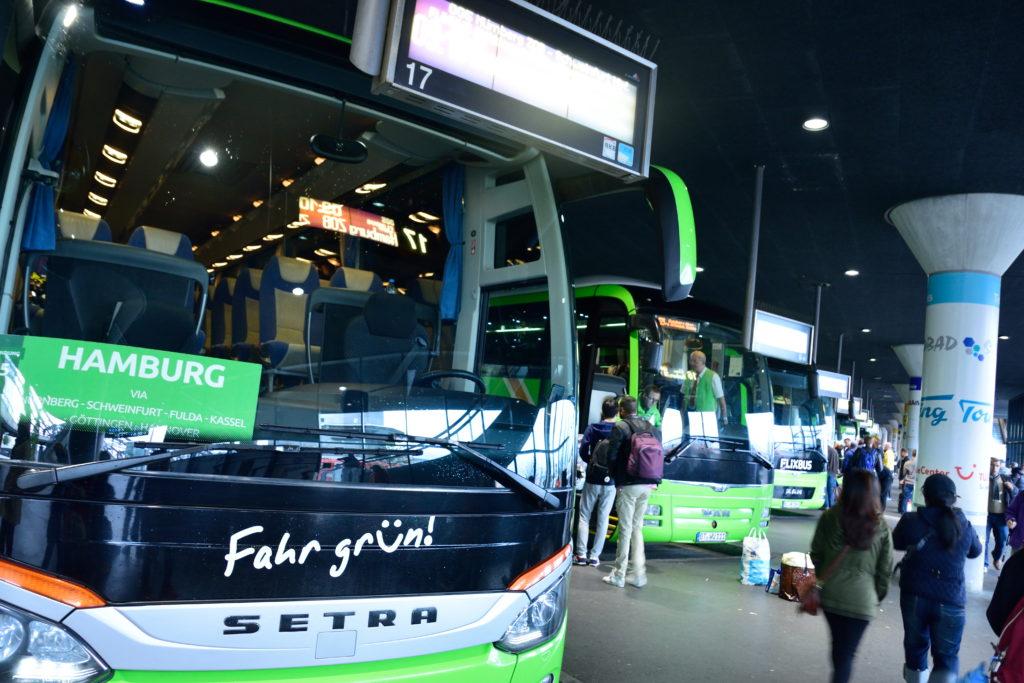 中央バスターミナルに並ぶバス