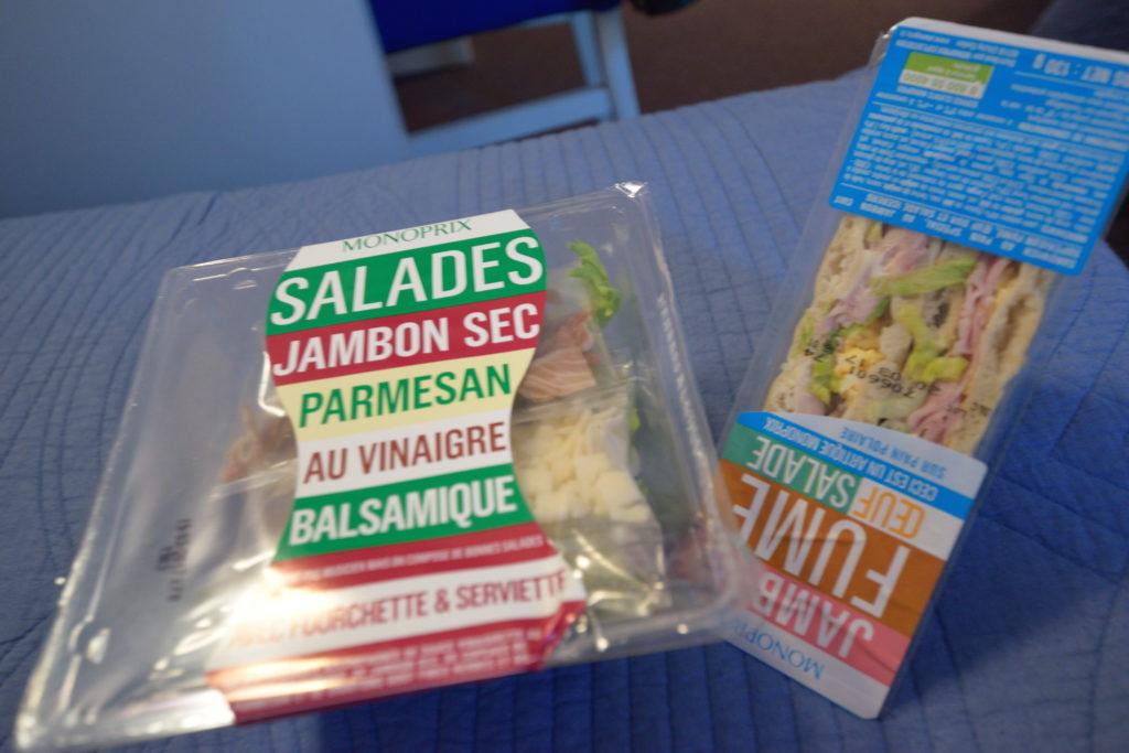 スーパーで買ったサンドイッチとサラダ