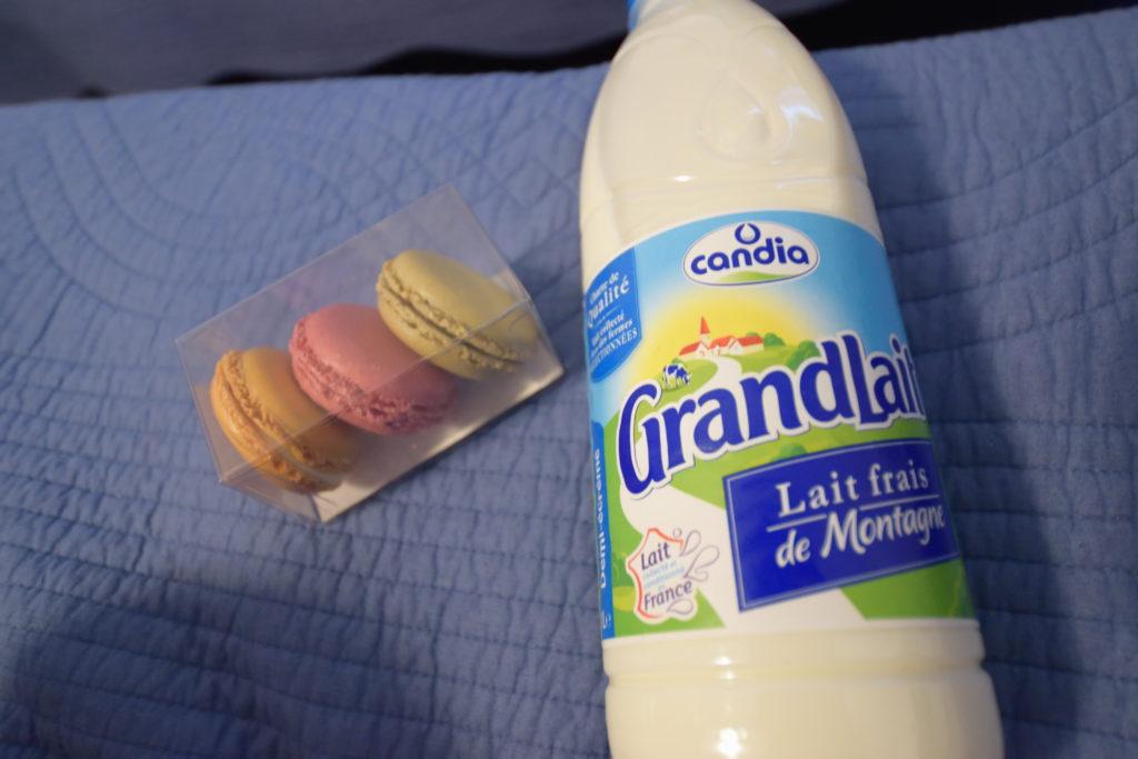 フランスの牛乳とマカロン