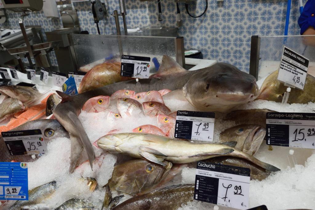 リスボンのスーパーで売られるサメ