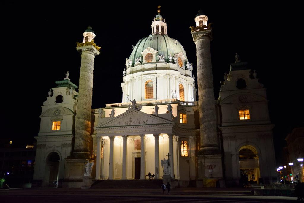 ウィーン、カールス教会の外観、夜