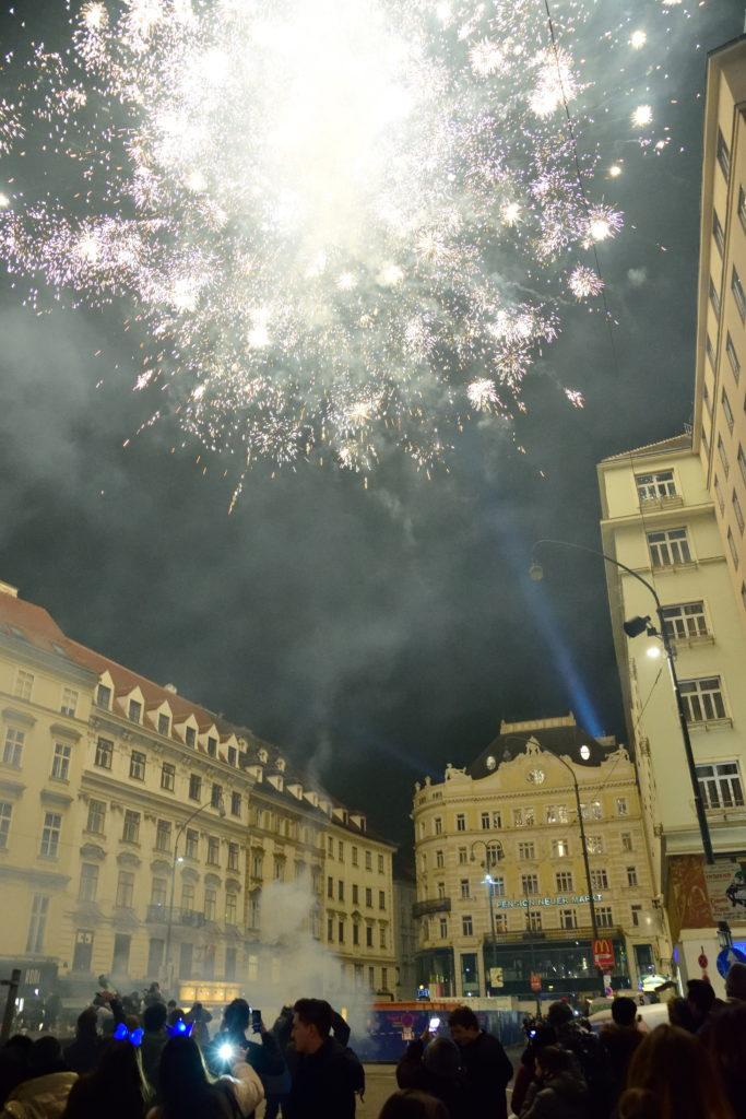 ウィーン、年明けに街中で上がる花火
