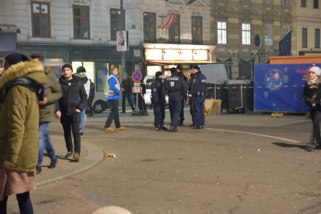 花火の跡地に集まる警察