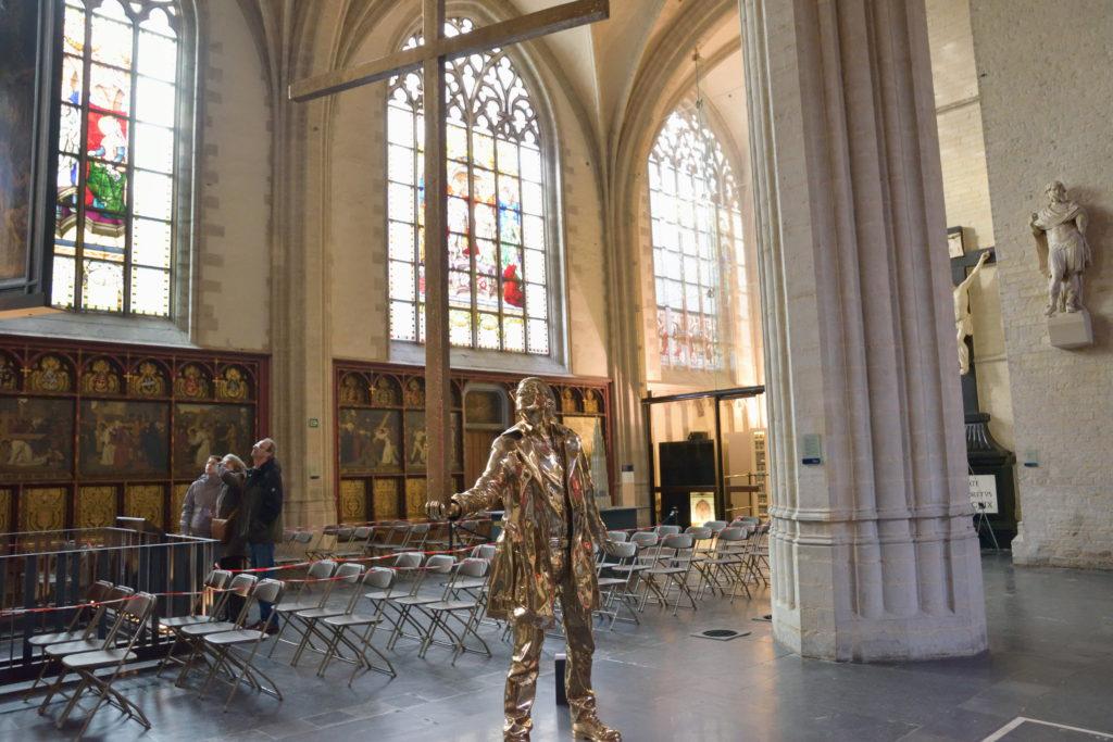 教会内にあった人の像