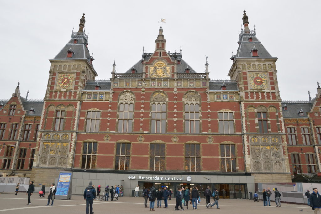 アムステルダム中央駅の外観を正面から