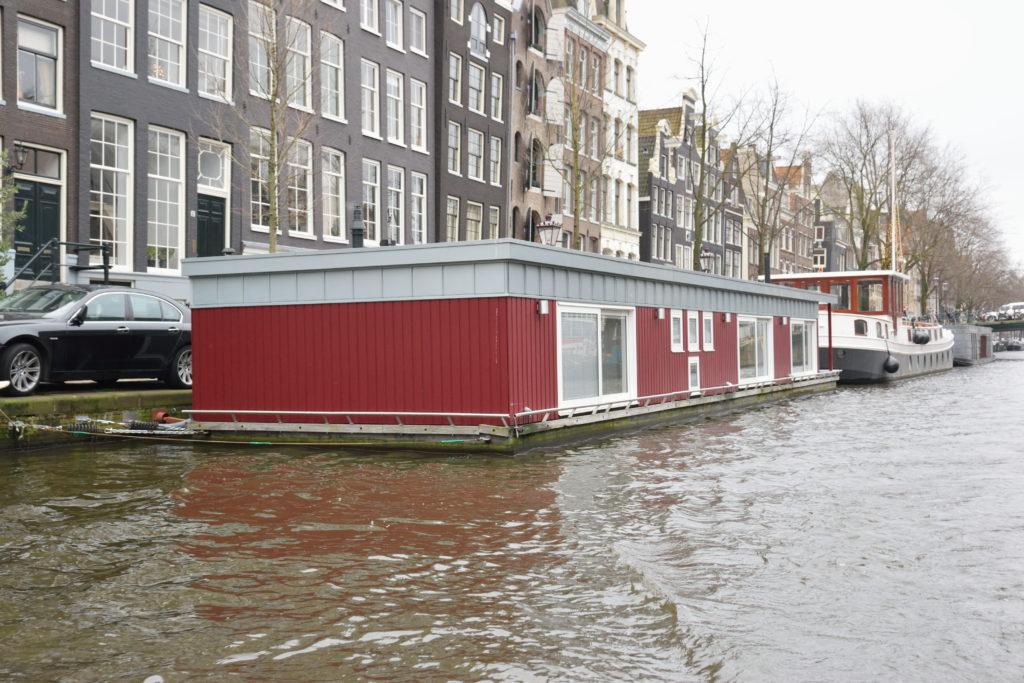 運河に浮かぶ家