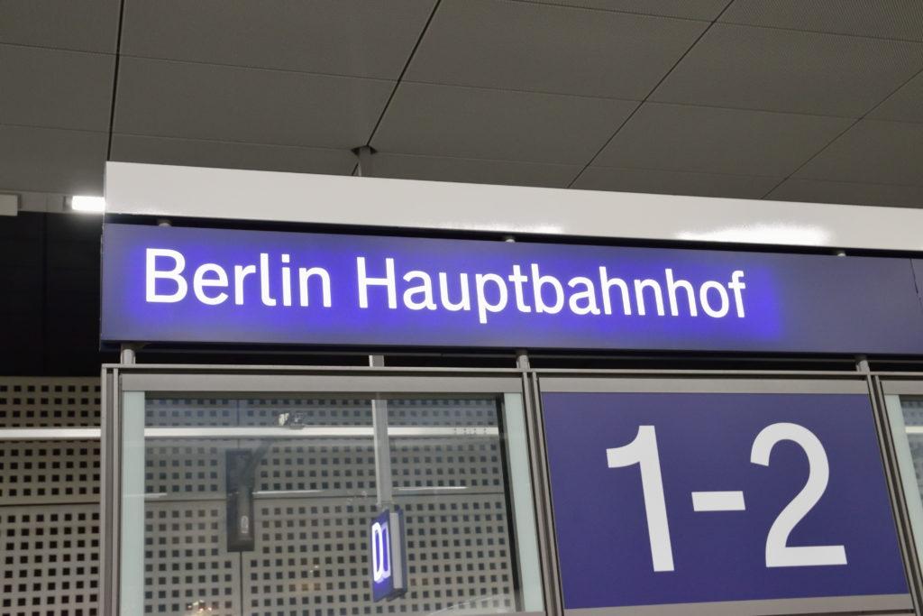 ベルリン中央駅の看板