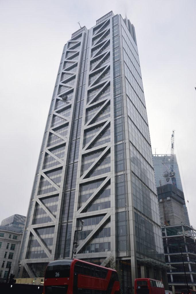 長方形の高いビル