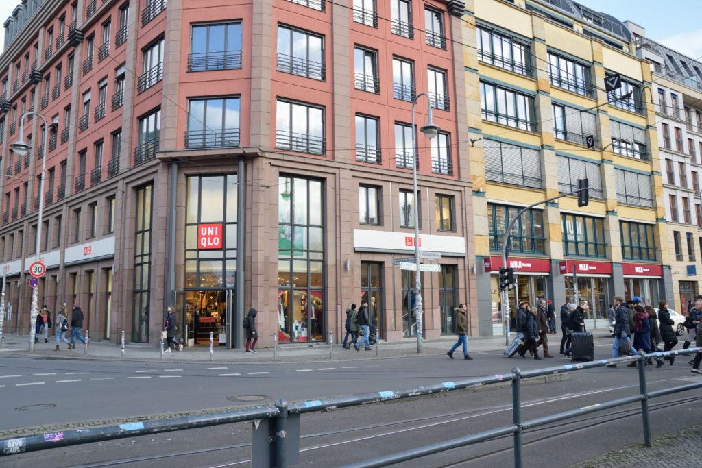 ベルリンにて、並び合うユニクロと無印良品