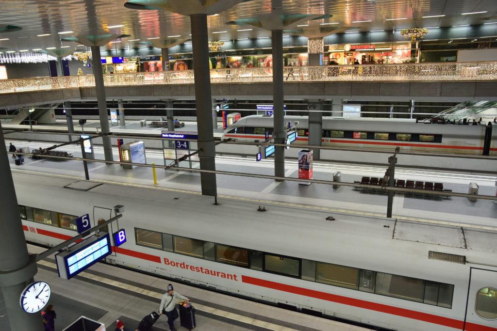 ベルリン中央駅に停車するICEの車両