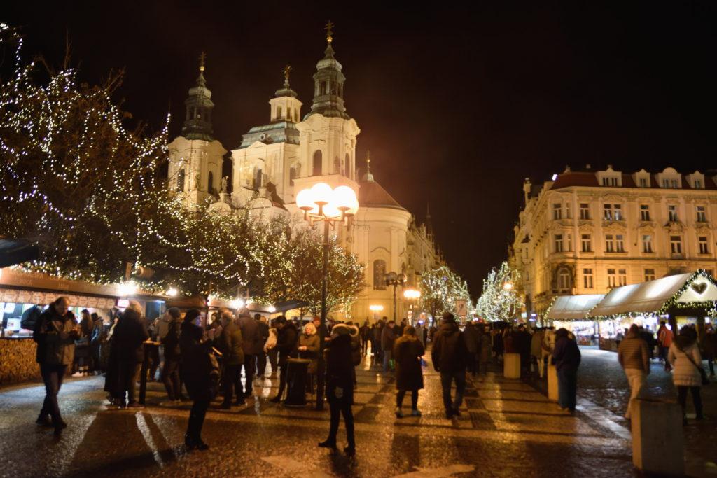 夜のプラハの街並み