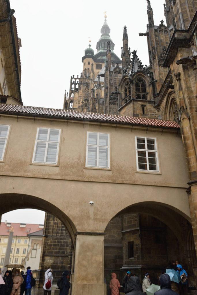 プラハの大聖堂を下から