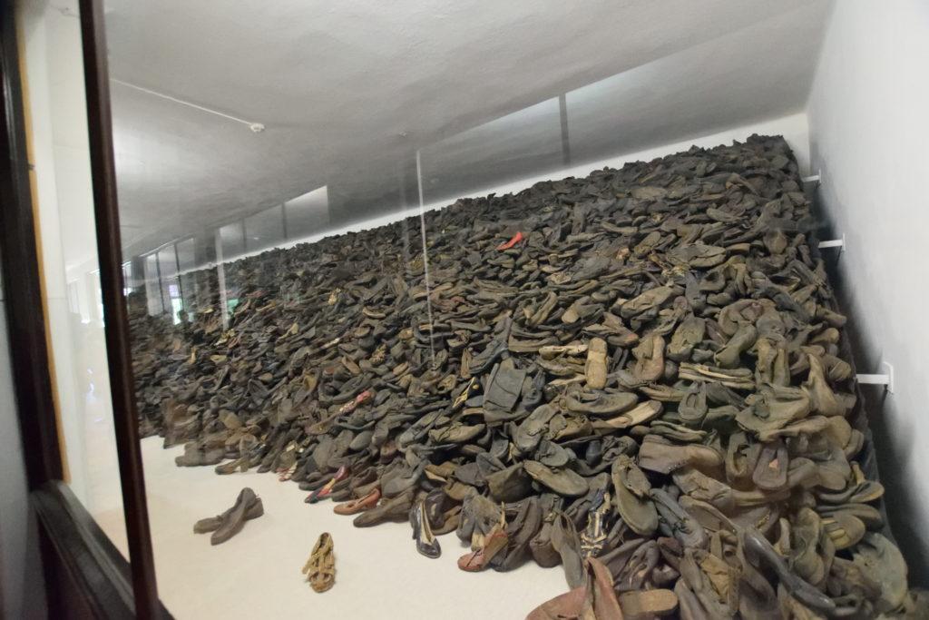 収容者から取り上げた靴