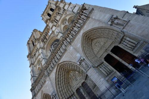 真下から見上げたノートルダム大聖堂