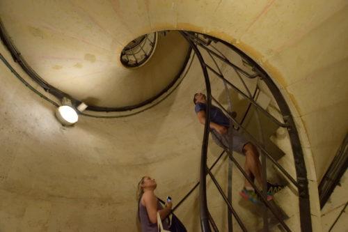 パリ・凱旋門の階段