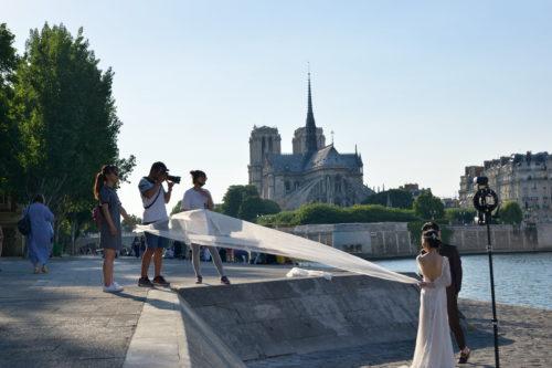 セーヌ川のほとりで行われる結婚写真の撮影